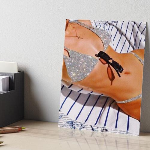 Bikini am Strand Galeriedruck