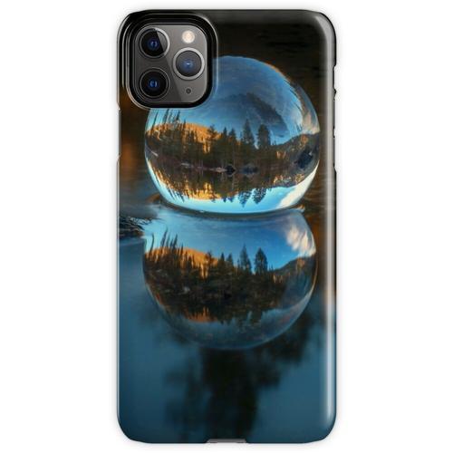 Lichtbrechung und Reflexion Treffen Castle Lake in einer Kristallkugel iPhone 11 Pro Max Handyhülle