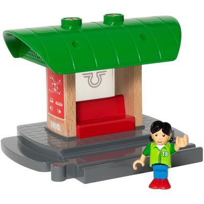 BRIO Spielzeugeisenbahn-Gebäude WORLD Bahnhof mit Aufnahmefunktion, FSC-Holz aus gewissenhaft bewirtschafteten Wäldern bunt Kinder Ab 3-5 Jahren Altersempfehlung